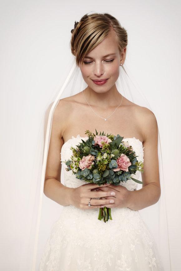 e26c590262dcc 40代に入ると鮮やかなカラーの衣装を着にくくなり、結婚式でも黒いドレスで参列することが多くなります。しかし、結婚式に黒いドレスで参列する際は、できるだけ華やか  ...